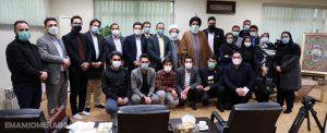 عکس یادگاری جوانان البرز با نماینده ولی فقیه در استان